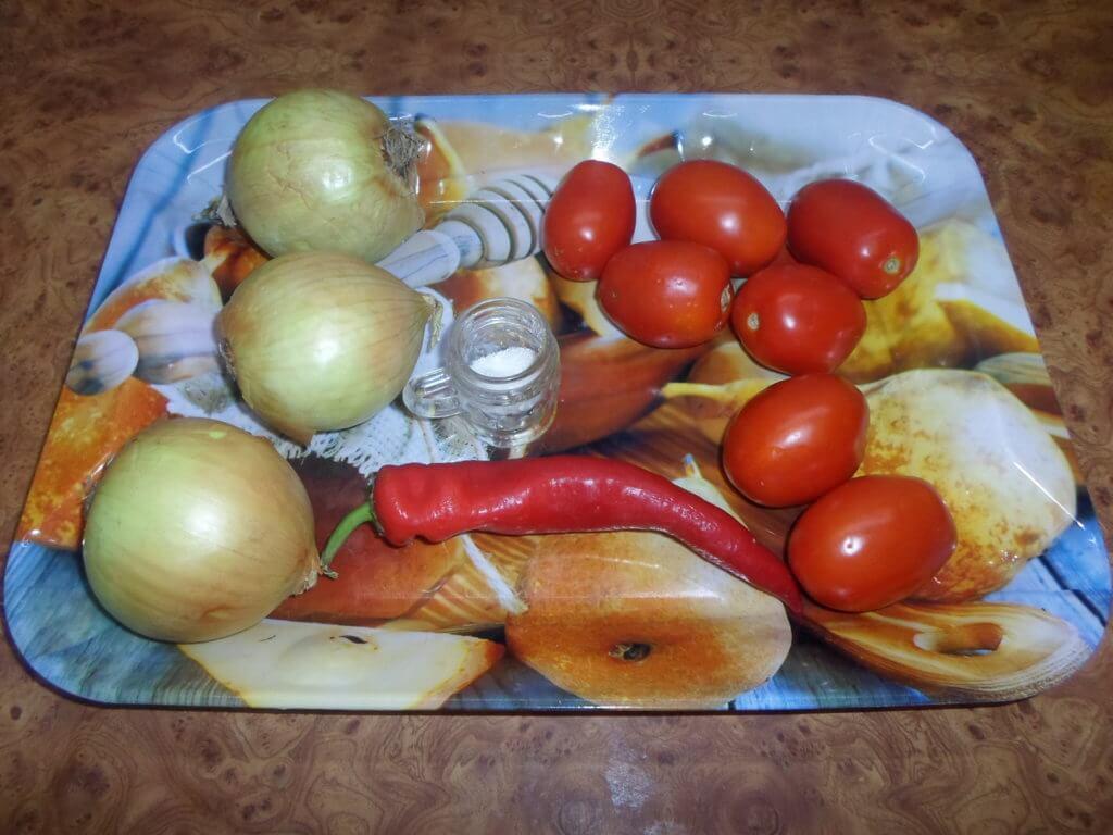 Ингредиенты для салата к плову из помидоров и лука