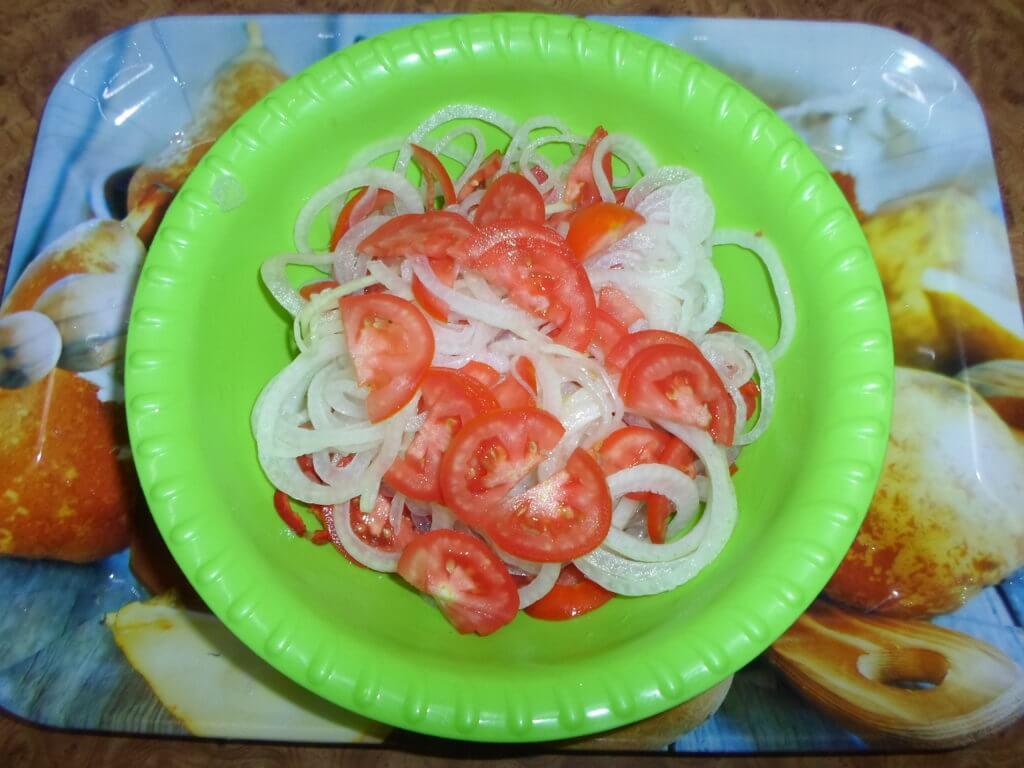 Салат к плову из помидоров и лука