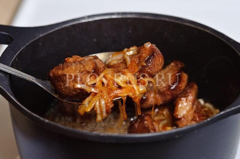 Добавление мяса при приготовлении плова